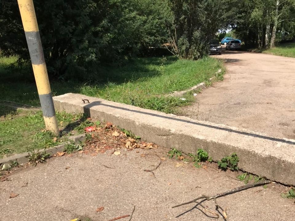 шлагбаум на улице Дружбы в Кощино (фото vk.com black.smolensk)
