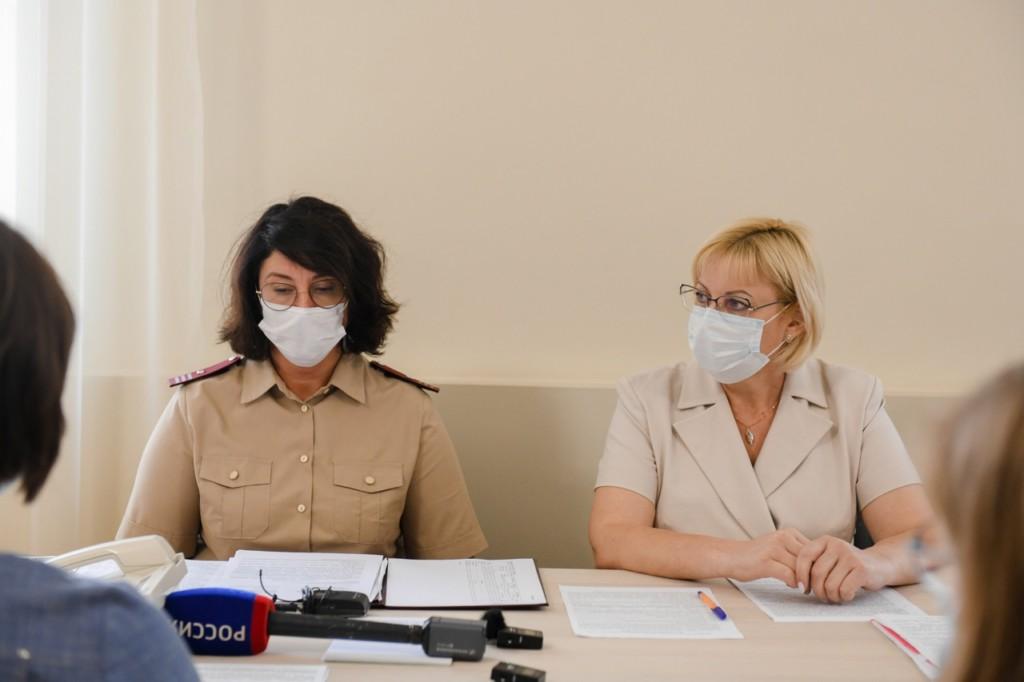Сидоренкова, Елена Романова, брифинг 11.08.2021 по заражённым детям из Анапы (фото admin-smolensk.ru)