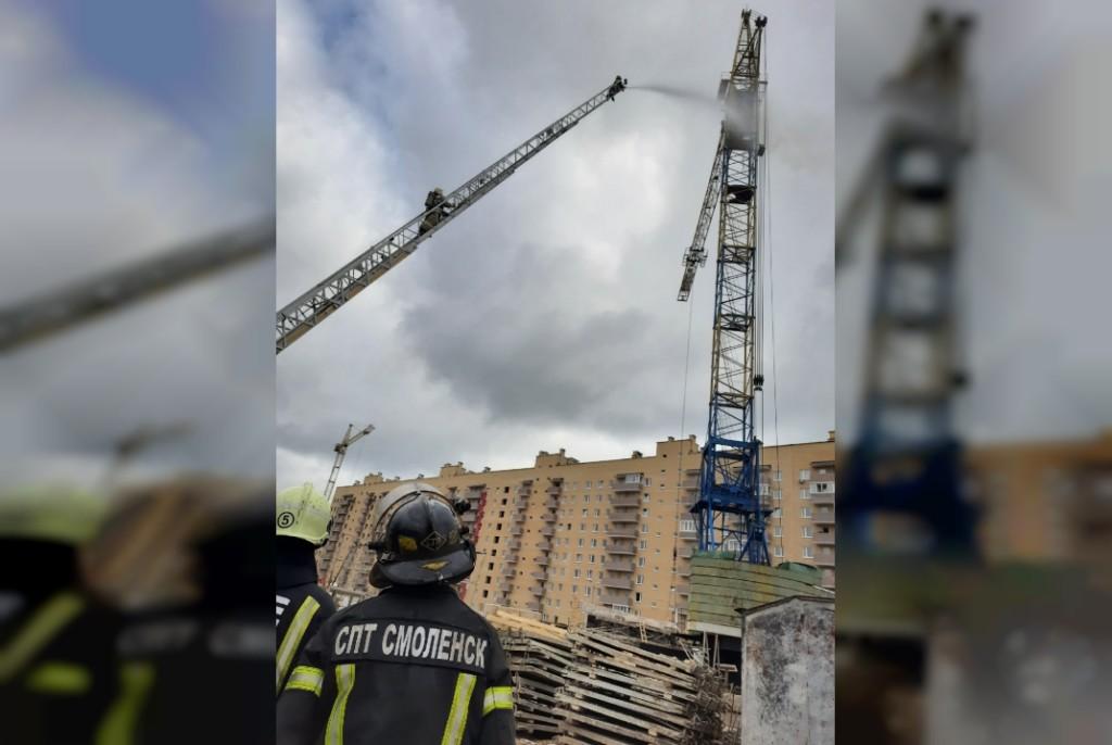 тушение пожарными строительного крана 13.08.2021 на Краснинском шоссе (фото 67.mchs.gov.ru)