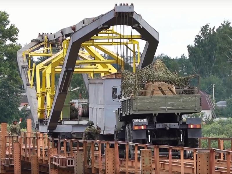 восстановление военными моста через Вопь в Ярцеве, август 2021 (кадр видео mil.ru)