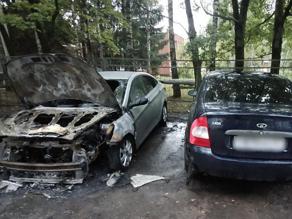 возгорание 30.08.2021 Hyundai Solaris в Смоленске, улица Рыленкова (фото 67.mchs.gov.ru)