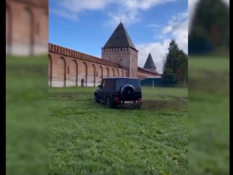 дрифт автохама на поле возле крепостной стены