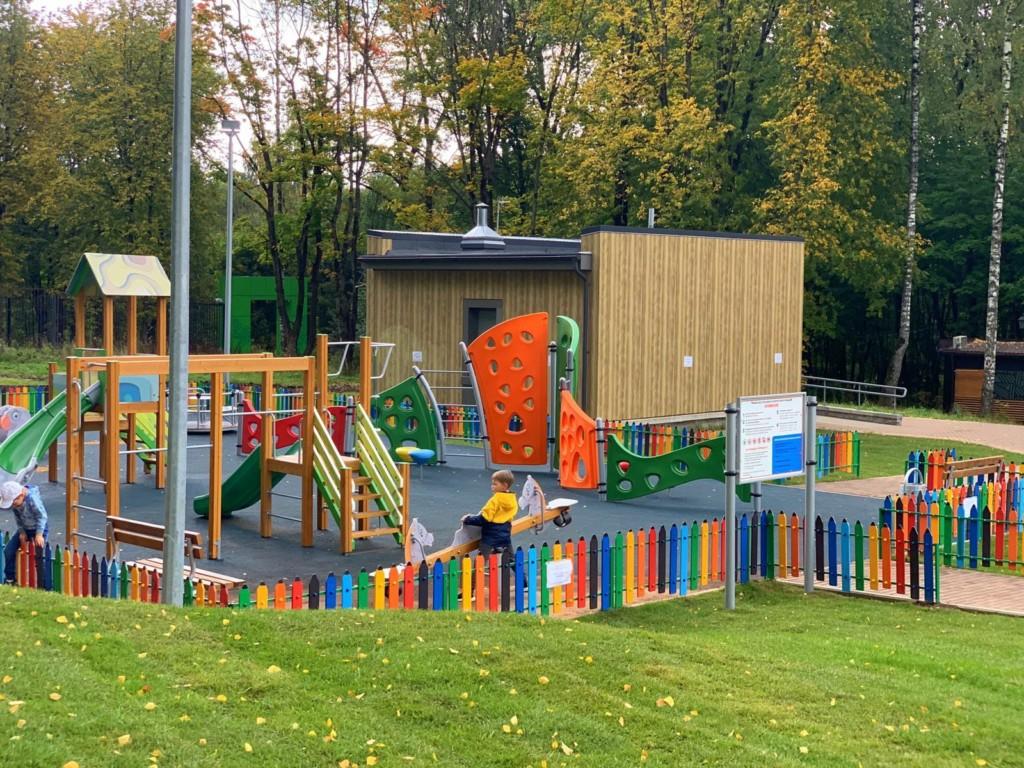 инклюзивная площадка в парке Соловьиная роща (фото smoladmin.ru)