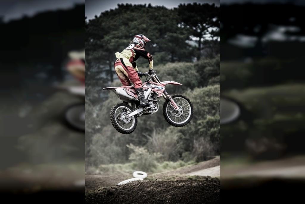 мотоциклист экстремал прыжок