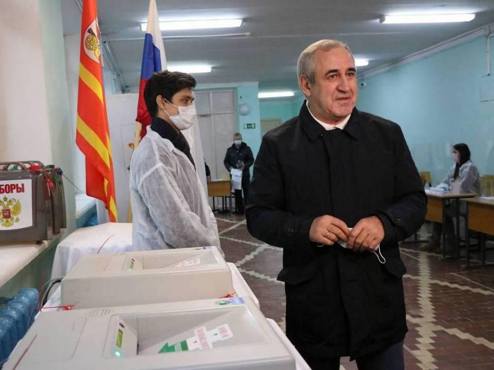 Неверов, голосование, выборы в Госдуму, 19.09.2021, стройколледж на Гарабурды (фото smolensk.er.ru)