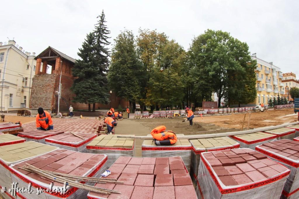 укладка тротуарной плитки, улица Октябрьской революции, сентябрь 2021 (фото smoladmin.ru)