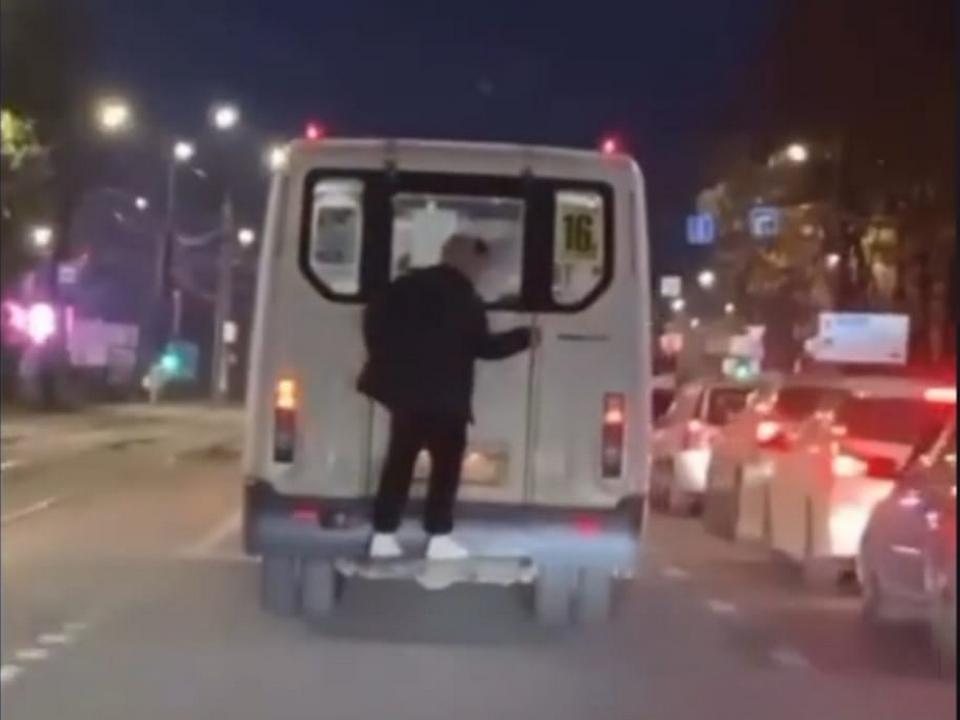 запецепер на 16-й маршрутке в Смоленске (кадр видео instagram.com black.smolensk)